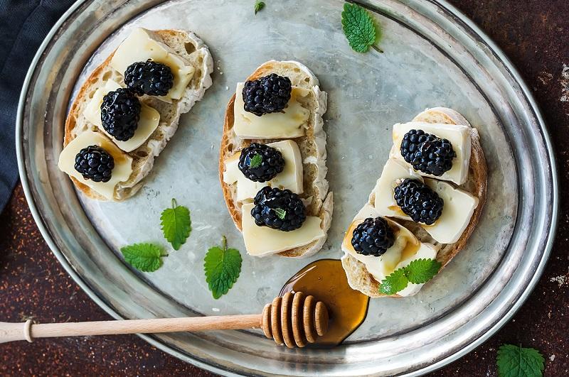 Brushetta with Brie, Blackberries and Honey